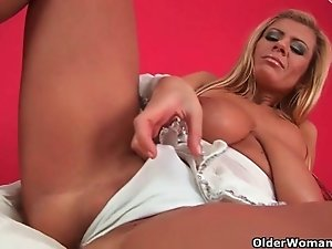 Mom knows how to give her pussy ultimate pleasure
